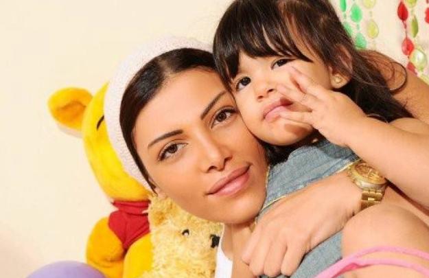 بعد اتهامها بخطف زوج ياسمين عبد العزيز الجمهور ينشر صورة ابنة